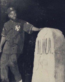 Febrero 1992: Ice Cube se presenta en el Apollo y sobre el escenario hay 3 tumbas: George Bush, Eazy E y NWA
