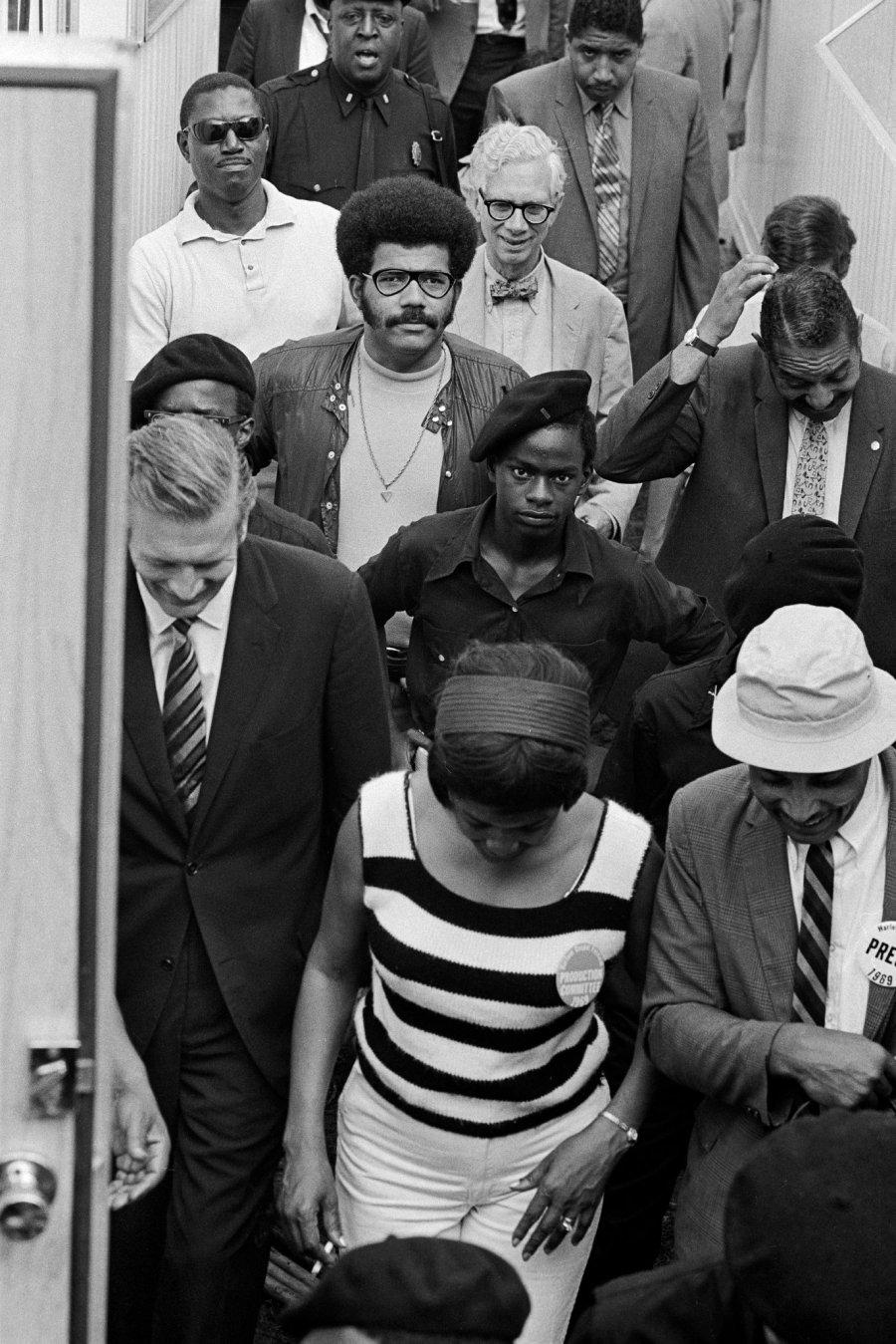 John Lindsay escoltado por los Black Panther. Foto Donal F. Holway.jpg