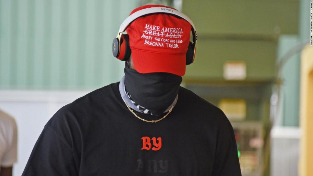1597832120_LeBron-y-Lakers-usan-gorros-rojos-tipo-MAGA-pero-el-1024x576